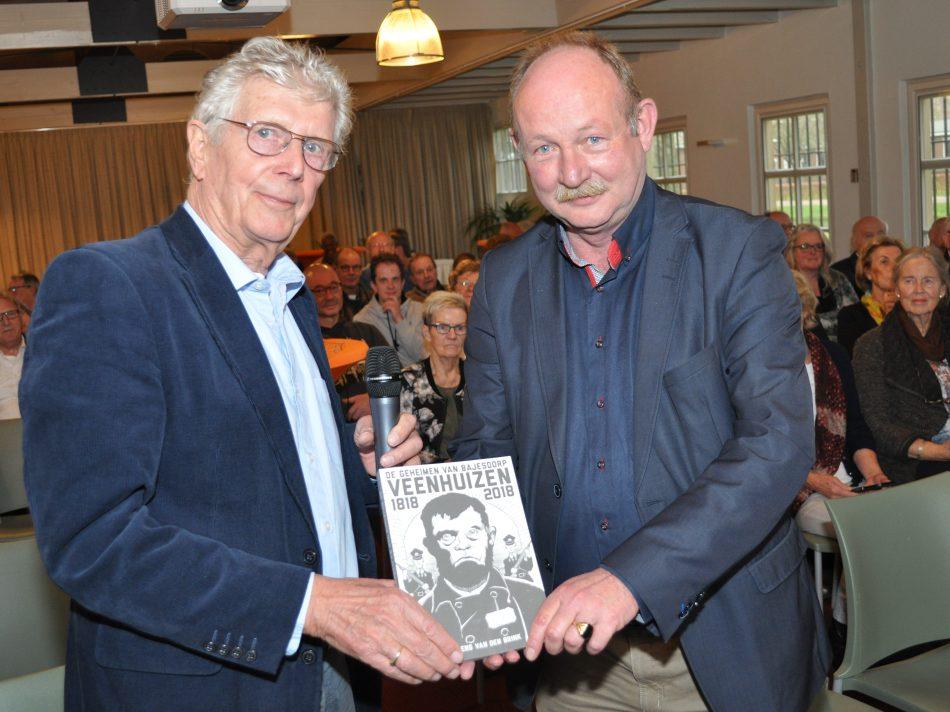 De auteur(l) overhandigd het boek aan burgemeester Smid